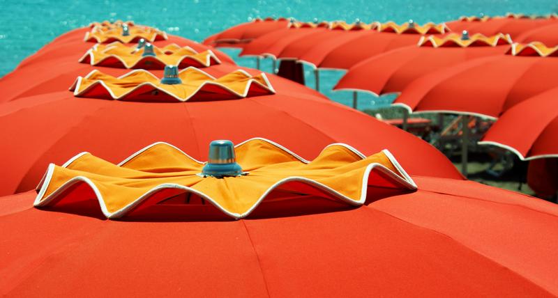 Ad van Hulten - Strand Mareblu parasoles orange